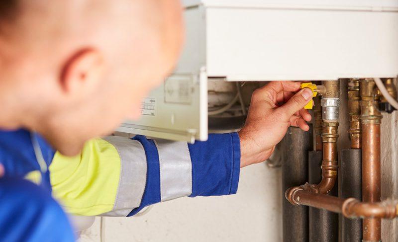 Techniker prüft Erdgasgerät